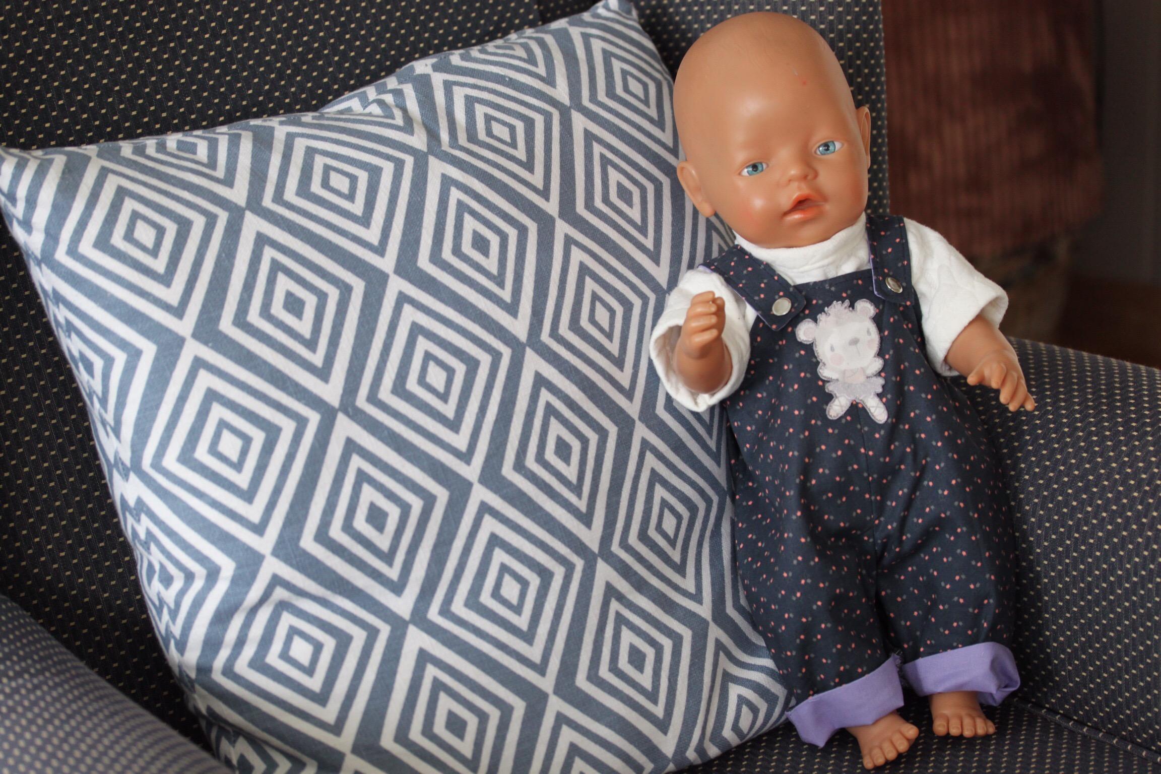 90998266 Jeg har laget en helforet dress til babydukken. Jeg har så utrolig mye  restestoff, og har planer om å lage litt mer til å gi bort.